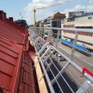 Fallskyddsräcke i aluminium installerad på tak