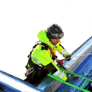 Använder räddningsutrustning för fallskydd