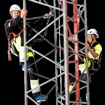 Tekniker på väg upp i masten med sina fallskydd